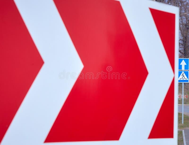 Panneaux routiers montrant la direction du mouvement, passage pour piétons illustration de vecteur