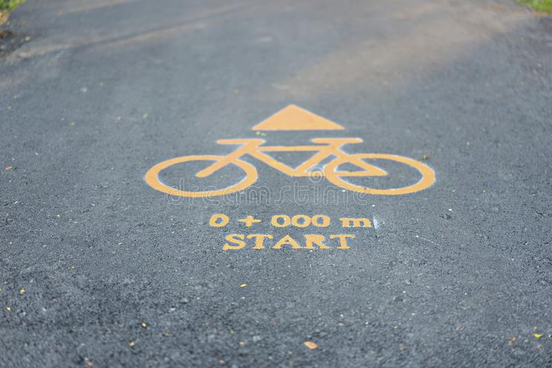 Panneaux routiers pour des bicyclettes au parc public photographie stock libre de droits