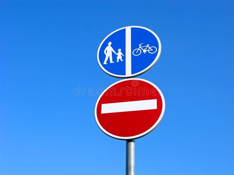 Panneaux routiers : secteur de piéton et de bicyclettes, la fin de conduire la zone images stock