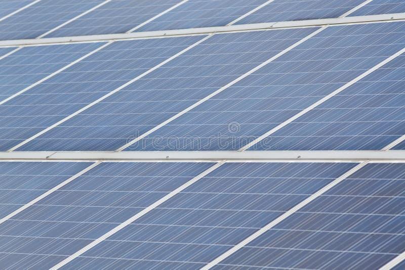 panneaux solaires avec ciel ensoleillé. Panneaux solaires bleus. historique des modules photovoltaïques pour les énergies renou photos stock