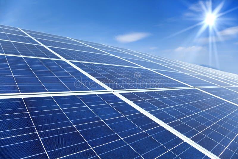 Panneaux solaires avec la lumière du soleil image libre de droits