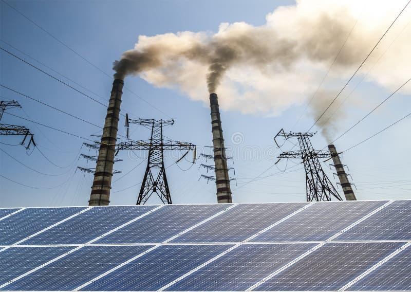 Panneaux solaires contre l'usine de centrale à charbon de carburant Developm viable image stock