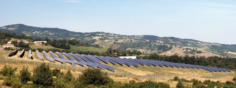 Panneaux solaires dans la campagne photo libre de droits