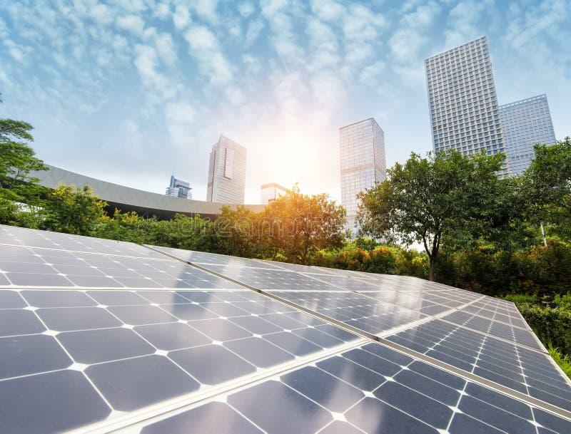 Panneaux solaires dans la ville moderne images libres de droits