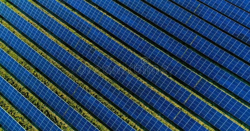 Panneaux solaires dans la vue aérienne photographie stock