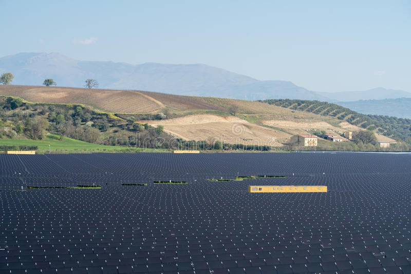 Panneaux solaires dans le paysage rural photographie stock