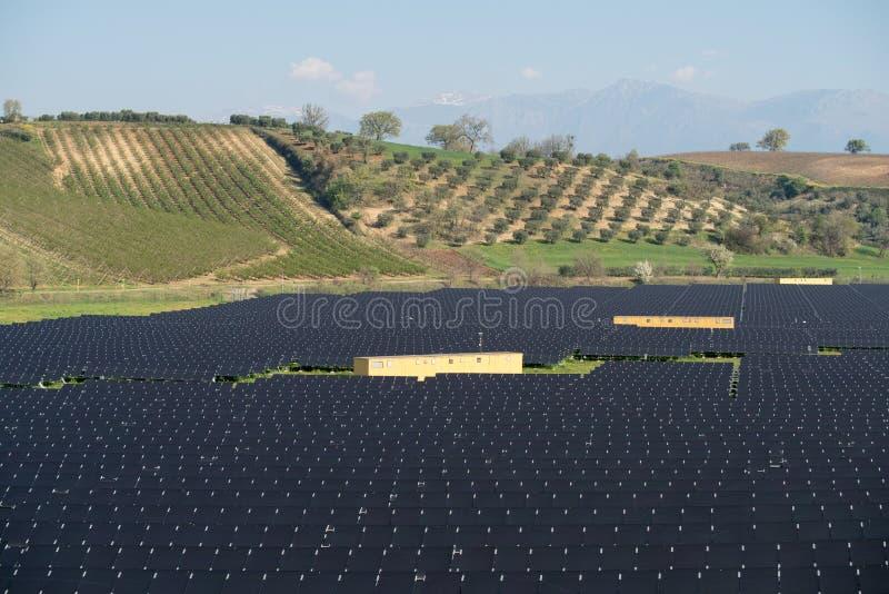 Panneaux solaires dans le paysage rural images libres de droits