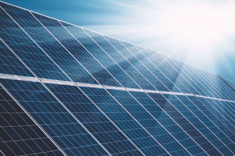 Panneaux solaires de centrale avec les rayons du soleil et le ciel bleu photos stock