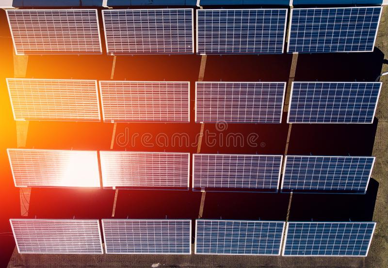 Panneaux solaires de contraste de lumière de composition rythmique en ombre produisant de l'électricité et de l'éclair lumineux images stock