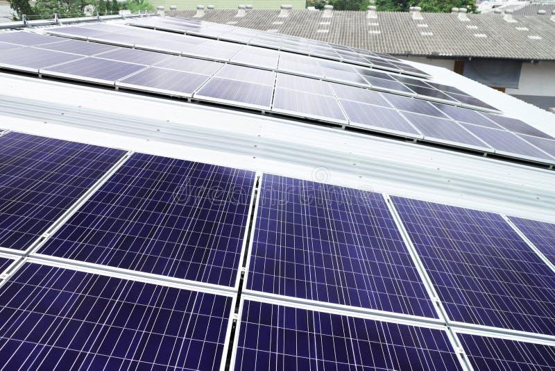 Panneaux solaires de dessus de toit sur le toit d'entrepôt photo libre de droits