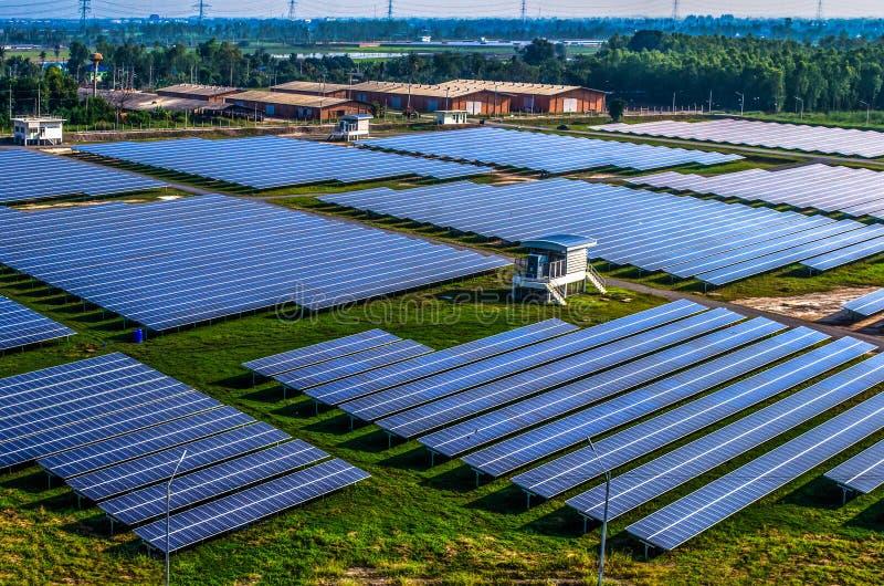 Panneaux solaires de ferme solaire photographie stock libre de droits