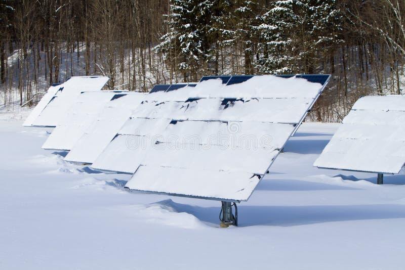 Panneaux solaires de l'hiver image libre de droits