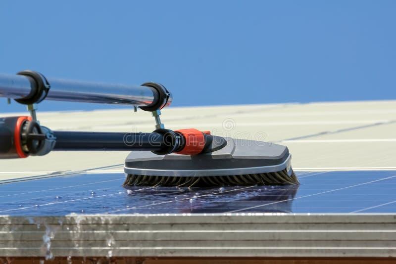 Panneaux solaires de nettoyage photo libre de droits