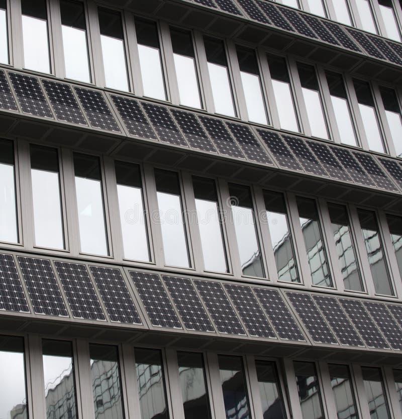 Panneaux solaires de picovolte montés sur la façade de construction photographie stock libre de droits