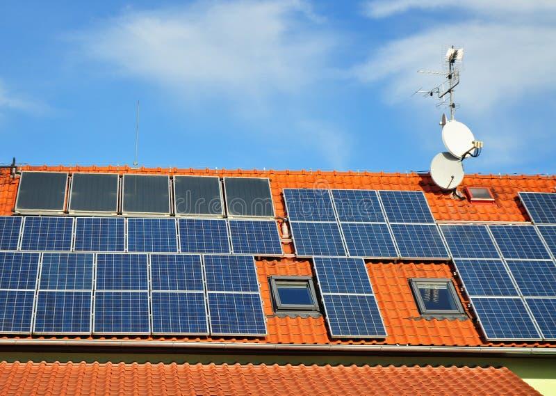 Panneaux solaires de puissance de Sun image libre de droits