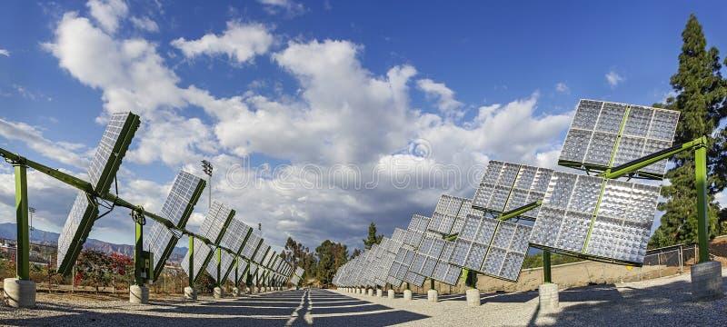 Panneaux solaires de traqueurs photo libre de droits
