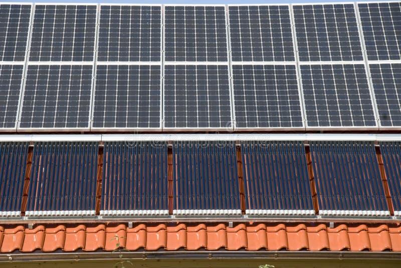 Panneaux solaires et calefactors photos libres de droits