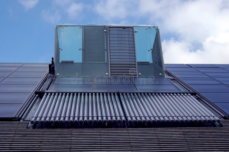 Panneaux solaires et chauffage d'eau image libre de droits