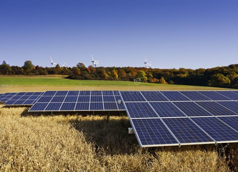 Panneaux solaires et moulins à vent en automne photo libre de droits