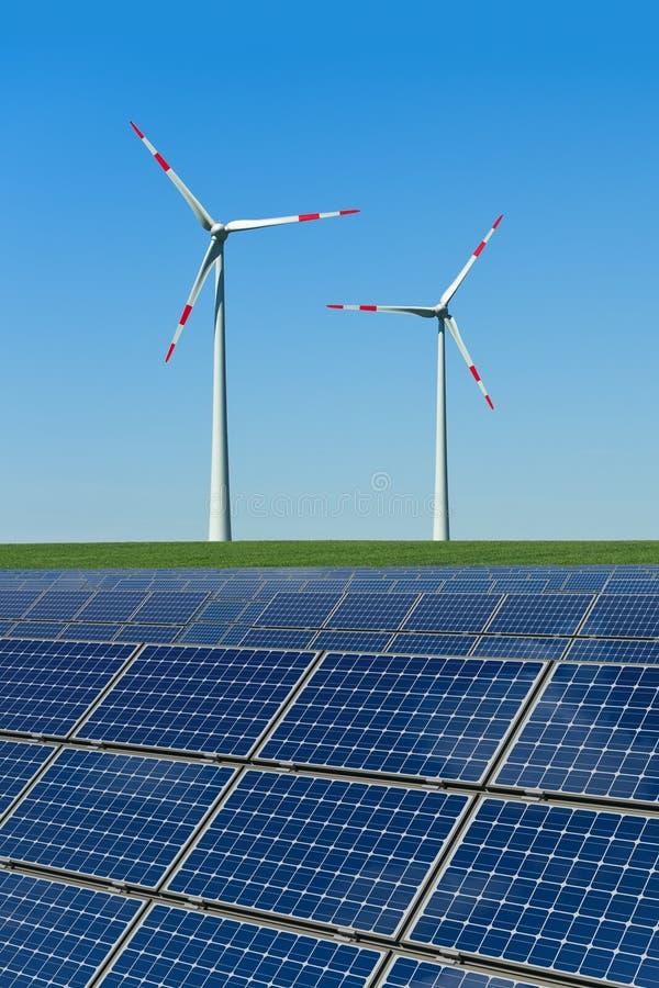Panneaux solaires et turbines de vent dans un domaine photos stock