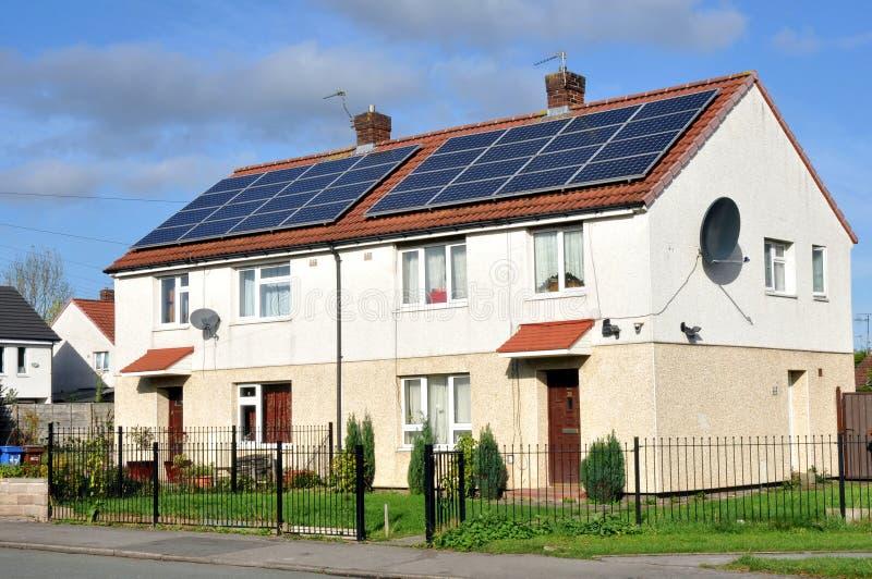 Panneaux solaires montés par toit domestique photo libre de droits