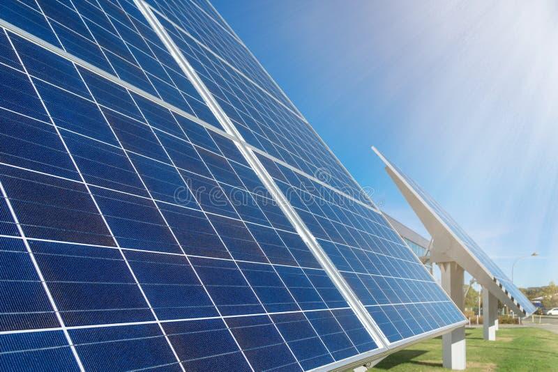 Panneaux solaires ou usine photovoltaïque devant un bâtiment d'usine image libre de droits