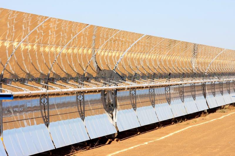 Panneaux solaires paraboliques, Guadix, Andalousie, Espagne photo libre de droits