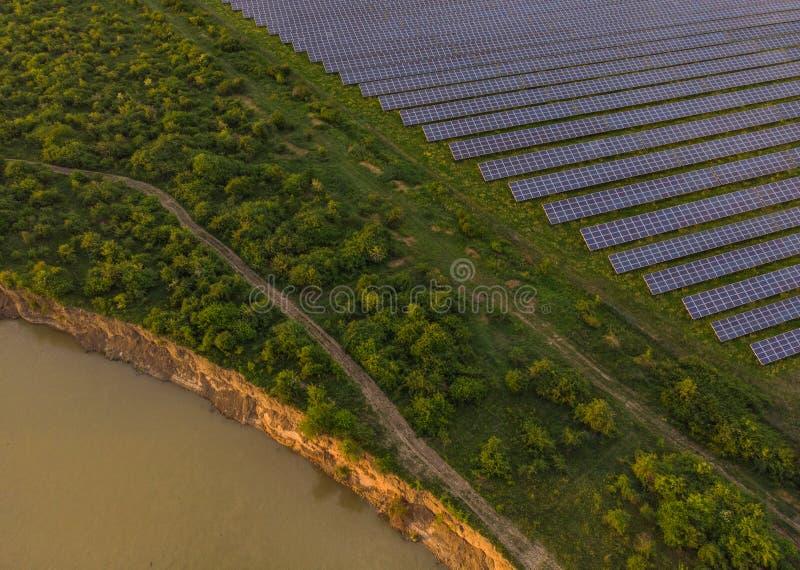 Panneaux solaires photovoltaïques bleus photos libres de droits