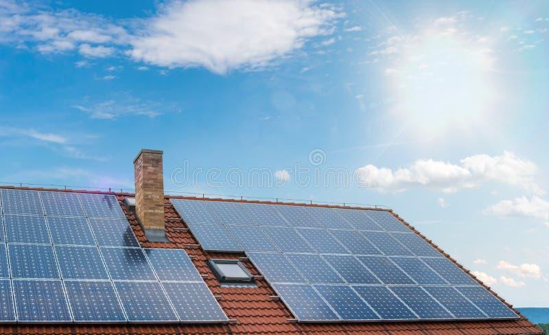 Panneaux solaires photovoltaïques ou sur le toit contre le ciel bleu photographie stock libre de droits