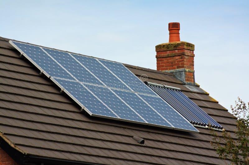 Panneaux solaires photovoltaïques sur un toit carrelé photos libres de droits