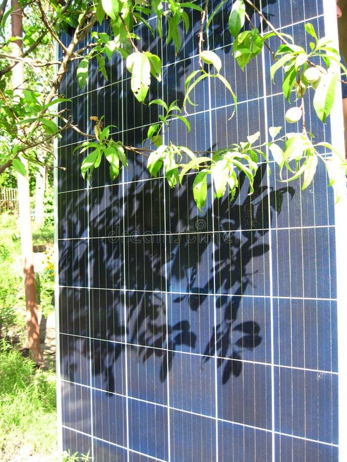 Panneaux solaires pour l'usage résidentiel dans le jardin image stock