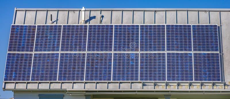 Panneaux solaires produisant de l'énergie en vallée de l'Utah image libre de droits