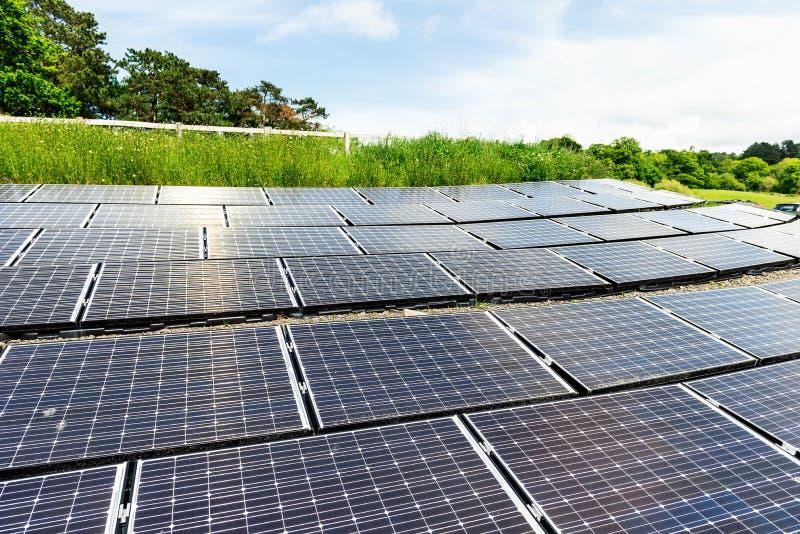 Panneaux solaires, source alternative de l'électricité, énergie verte photographie stock libre de droits