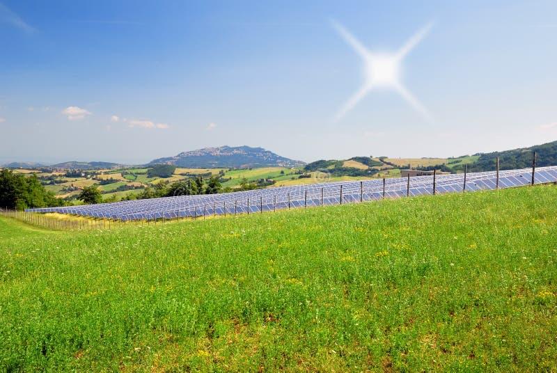 Panneaux solaires sous le ciel bleu photo libre de droits