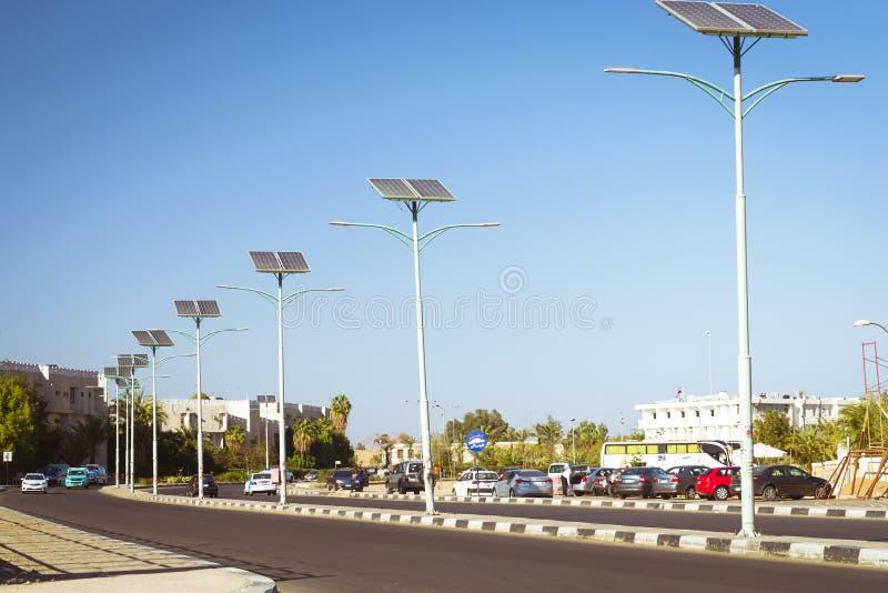Panneaux solaires sur le poteau électrique pour s'allumer sur la route dans ci image libre de droits