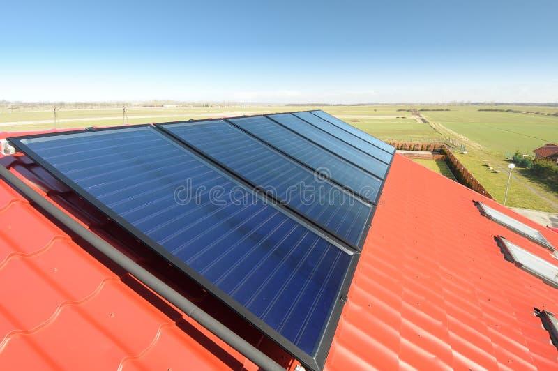 Panneaux solaires sur le toit. photos libres de droits