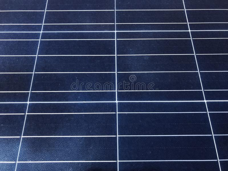 Panneaux solaires sur le toit images stock