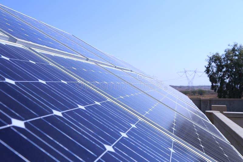 Panneaux solaires sur le toit dans la fin vers le haut de la vue photos stock