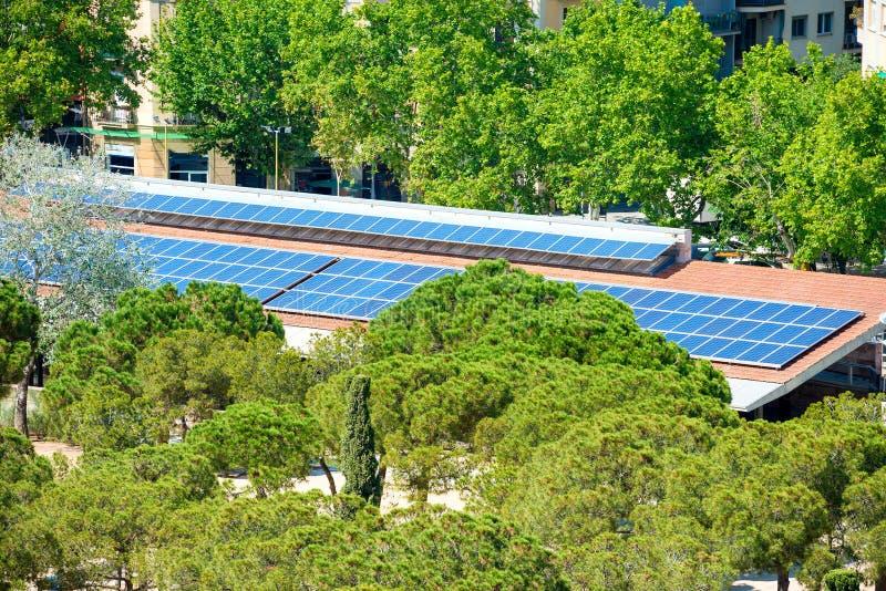 Panneaux solaires sur le toit de maison images stock