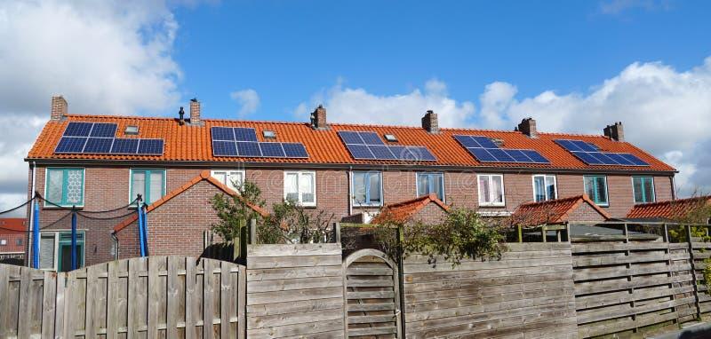 Panneaux solaires sur un dessus de toit photos stock