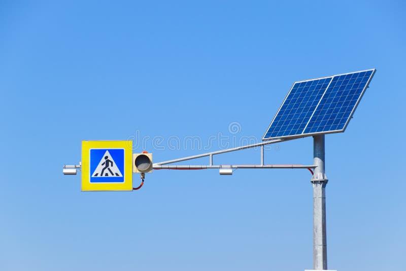Panneaux solaires sur un poteau pour actionner un feu de signalisation photo stock