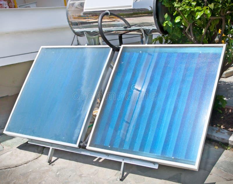 Panneaux solaires thermiques pour l'utilisation domestique images stock