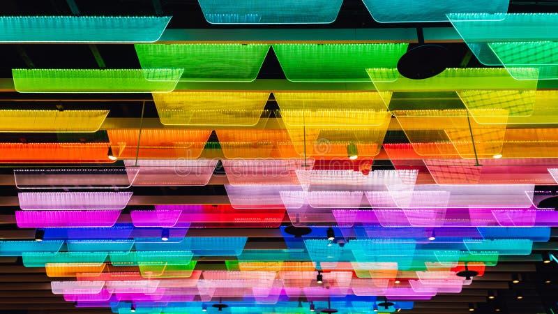 Panneaux transparents colorés avec les lumières de LED qui ont décoré du plafond image stock