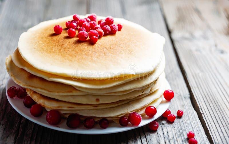 Pannekoek met verse bessen Amerikaanse veenbes, vossebes Gastronomisch Ontbijt stock fotografie