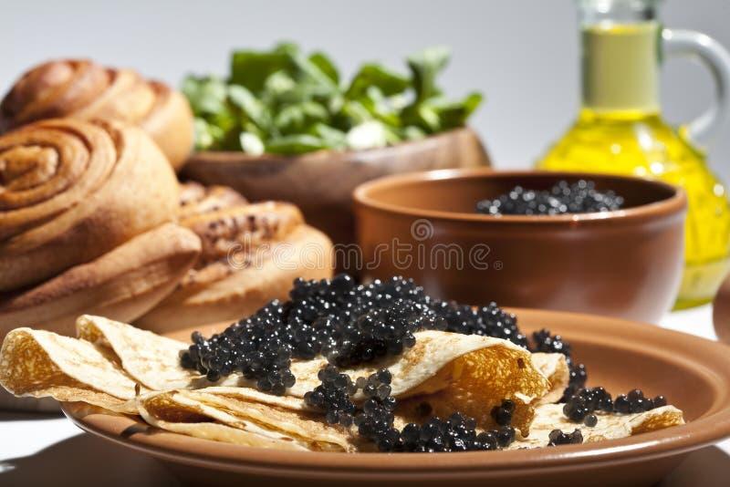 Pannekoek met zwarte kaviaar stock afbeelding