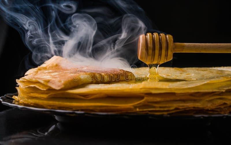 Pannekoeken Dunne pannekoeken Russische bliny maslenitsa, blini, ontbijt, omfloerst, honing, gebakje, stapel, pannekoek, Rus, ach stock foto