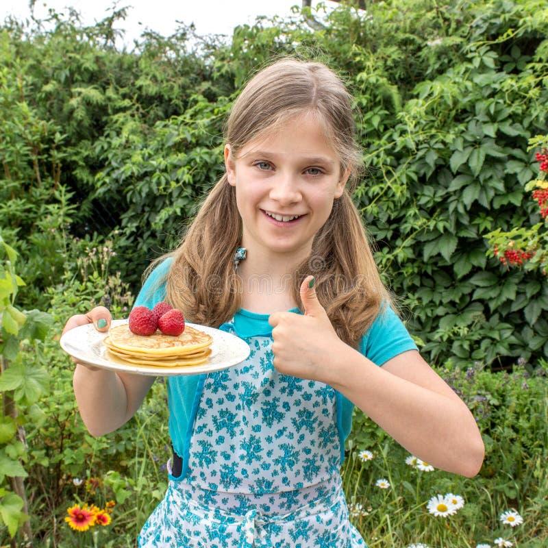 Pannekoeken en aardbeien stock foto