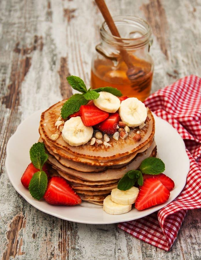 Pannekoeken met aardbeien en bananen stock foto's