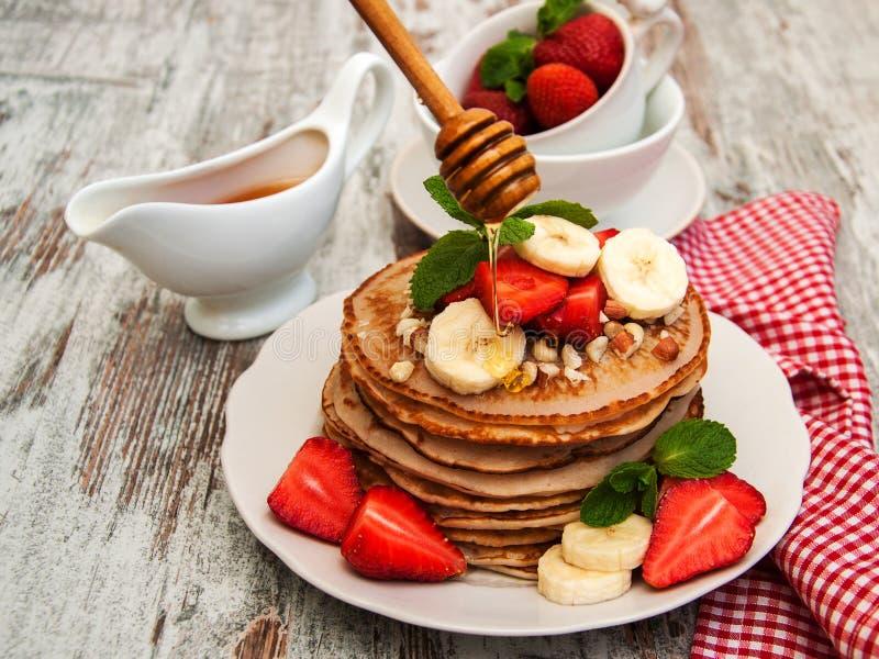 Pannekoeken met aardbeien en bananen stock foto