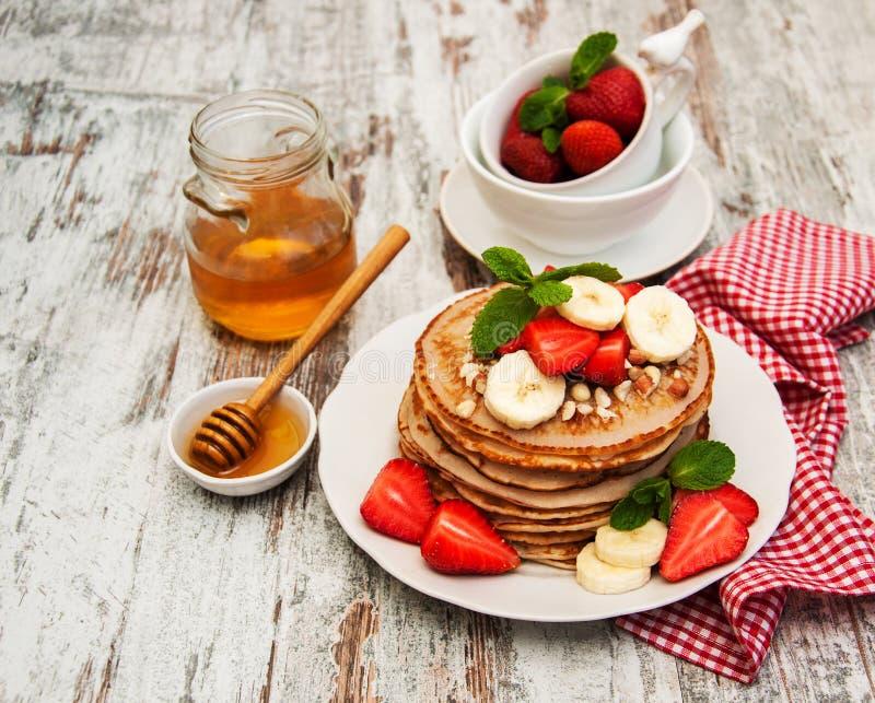 Pannekoeken met aardbeien en bananen royalty-vrije stock fotografie